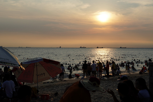 Bãi tắm nào ở Vũng Tàu cũng đang ngập du khách - Ảnh 8.
