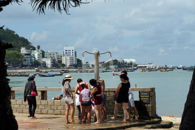 Bãi tắm nào ở Vũng Tàu cũng đang ngập du khách - Ảnh 7.