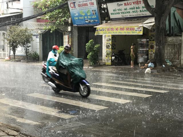 TP.HCM đổ mưa từ rạng sáng, đã vào mùa mưa? - Ảnh 1.