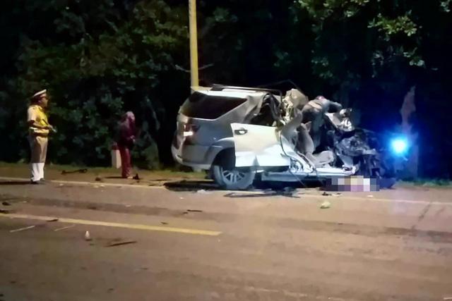 Ôtô 7 chỗ đối đầu xe tải trong đêm, 3 người chết tại chỗ - Ảnh 1.
