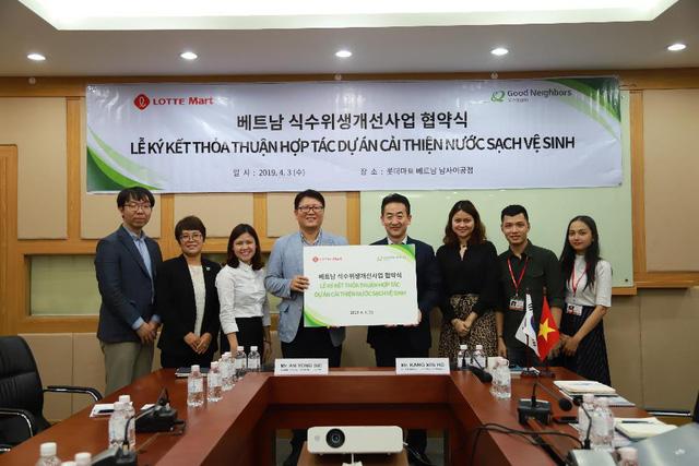 Lotte Mart ký thỏa thuận hỗ trợ 1,4 tỉ đồng cải thiện nguồn nước - Ảnh 1.