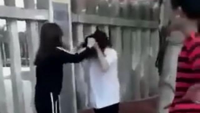 Bảo vệ bạn, nữ sinh lớp 10 bị đánh hội đồng suốt nửa tiếng sưng má, tím mắt - Ảnh 1.