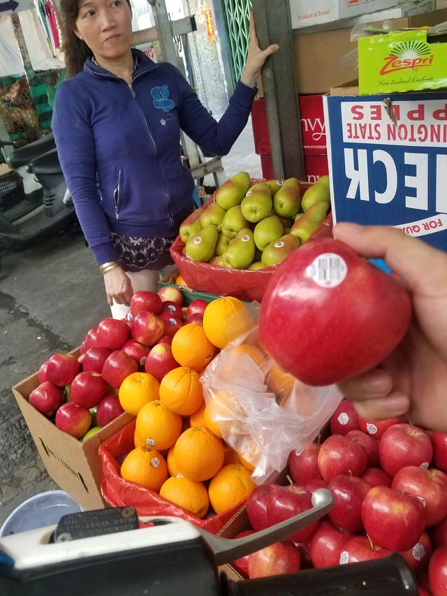 Kiểm tra trái cây nhập qua mã số trên tem nhãn - Ảnh 2.