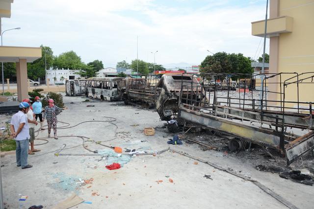 Hai bị cáo đốt xe tại trụ sở phòng cháy chữa cháy Phan Rí lãnh án tù - Ảnh 2.