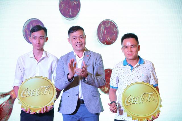 Triển lãm lon Coca-Cola khổng lồ khiến giới trẻ hào hứng - Ảnh 1.