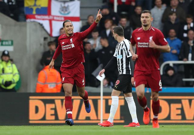 Thắng nghẹt thở Newcastle, Liverpool lại vượt lên trước M.C - Ảnh 1.