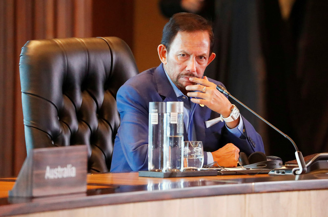 Brunei hoãn luật tử hình ném đá đến chết người tình dục đồng giới - Ảnh 1.