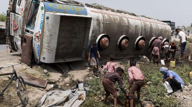 Xe bồn chở xăng nổ tung, ít nhất 55 người thiệt mạng - Ảnh 1.