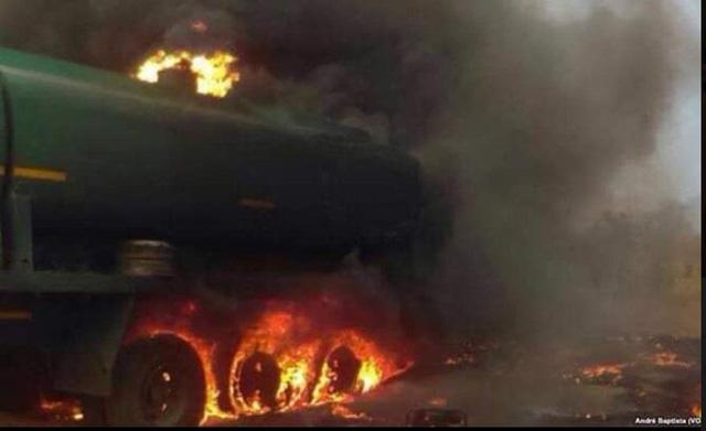 Xe bồn chở xăng nổ tung, ít nhất 55 người thiệt mạng - Ảnh 2.