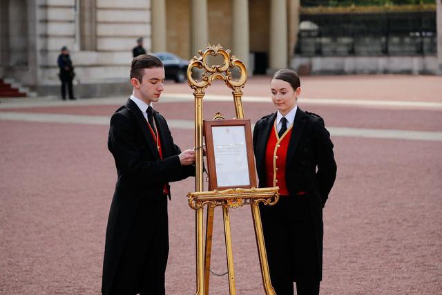 Hoàng tử bé - thành viên Hoàng gia Anh đầu tiên mang 2 dòng máu - Ảnh 1.