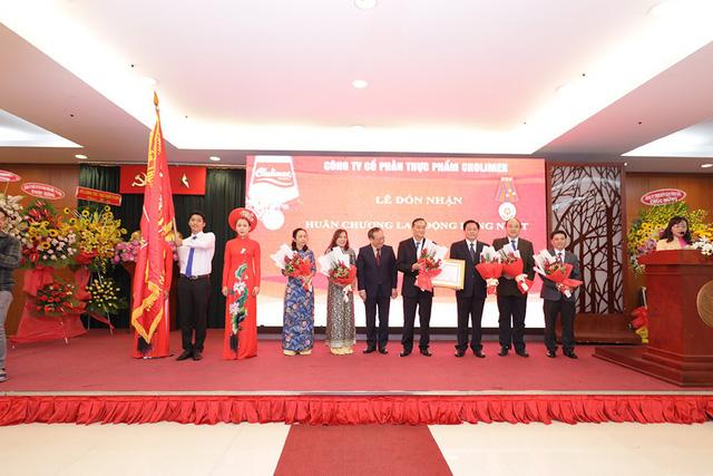 Sắc đỏ nồng nàn cho gian bếp Việt - Ảnh 2.