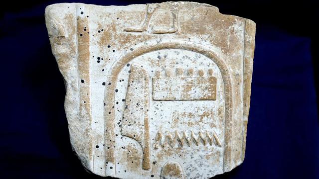 Một phần của chiếc bàn cổ Ai Cập bị đánh cắp - Ảnh: CNN/Moantiquity/Facebook/