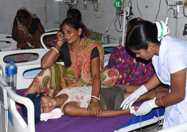 Hơn 100 trẻ em Ấn Độ tử vong vì hạ đường huyết, viêm não cấp - Ảnh 1.