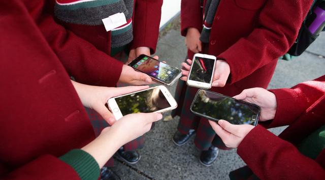Úc: Bang Victoria cấm sử dụng điện thoại di động ở trường học - Ảnh 1.