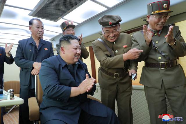 Ông Kim Jong Un lại đích thân giám sát vụ phóng thử tên lửa mới nhất - Ảnh 1.