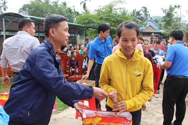 Trao 2.000 suất quà tết cho đồng bào nghèo 4 tỉnh Nam Trung Bộ - Ảnh 3.