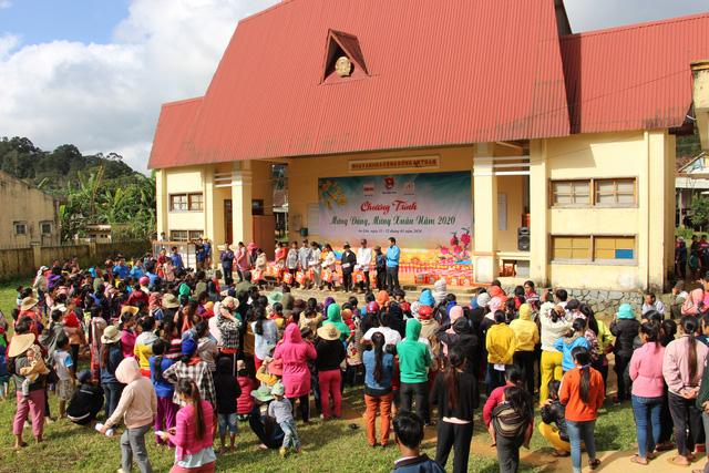 Trao 2.000 suất quà tết cho đồng bào nghèo 4 tỉnh Nam Trung Bộ - Ảnh 1.