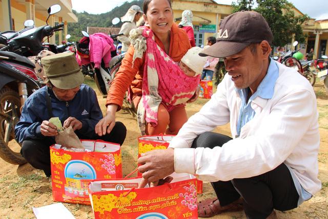 Trao 2.000 suất quà tết cho đồng bào nghèo 4 tỉnh Nam Trung Bộ - Ảnh 4.