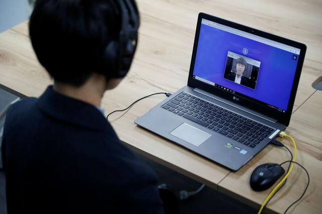 Người Hàn Quốc học cách đánh bại robot tuyển dụng - Ảnh 1.