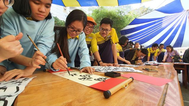 Học sinh bất ngờ khi học làm mâm cỗ tết - Ảnh 4.