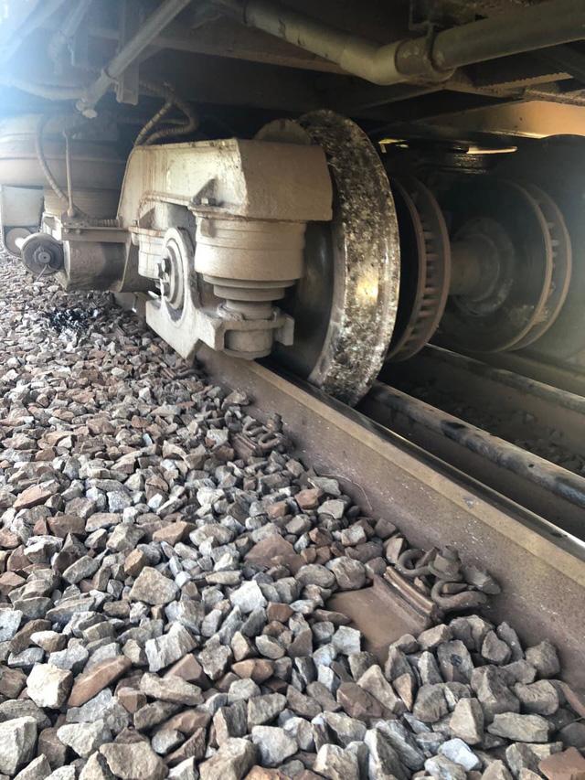Tàu SE7 trật ray, đường sắt Bắc - Nam gặp sự cố - Ảnh 1.