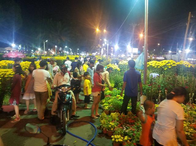 Cúc, quất... giá giảm hơn một nửa, dân Sài Gòn đổ xô đi mua - Ảnh 1.