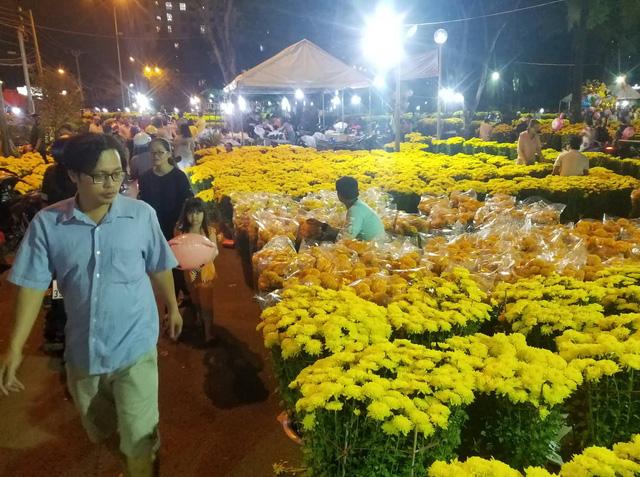 Cúc, quất... giá giảm hơn một nửa, dân Sài Gòn đổ xô đi mua - Ảnh 2.