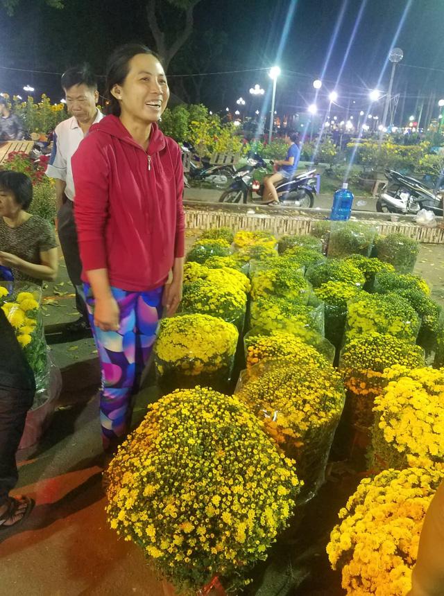 Cúc, quất... giá giảm hơn một nửa, dân Sài Gòn đổ xô đi mua - Ảnh 3.