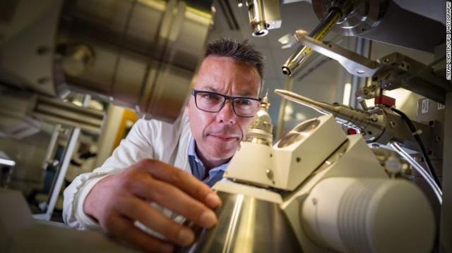 Tạo ra siêu enzyme mới có thể 'ăn' nhựa nhanh gấp 6 lần bình thường - Ảnh 1.