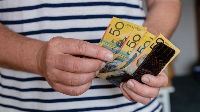 Australia: Virus SARS-CoV-2 có thể sống sót sau 28 ngày trên kính, tiền mặt - Ảnh 1.