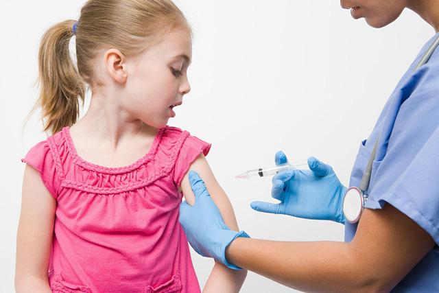 CDC Mỹ khuyến cáo không tiêm vaccine ngừa COVID-19 cho trẻ em - Ảnh 1.