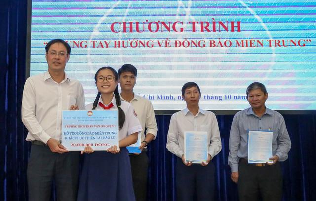 Người dân, học sinh TP.HCM chung tay góp 7,7 tỉ hỗ trợ đồng bào miền Trung - Ảnh 2.