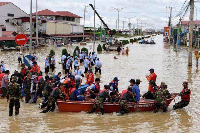 Thủ tướng Nguyễn Xuân Phúc gửi điện thăm hỏi, chia sẻ tình hình lũ tàn phá tại Campuchia - Ảnh 1.
