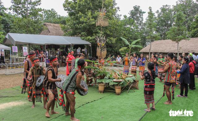 Độc đáo lễ cầu mưa và lễ dâng y Kathina tại làng Văn hóa - Du lịch các dân tộc Việt Nam - Ảnh 7.
