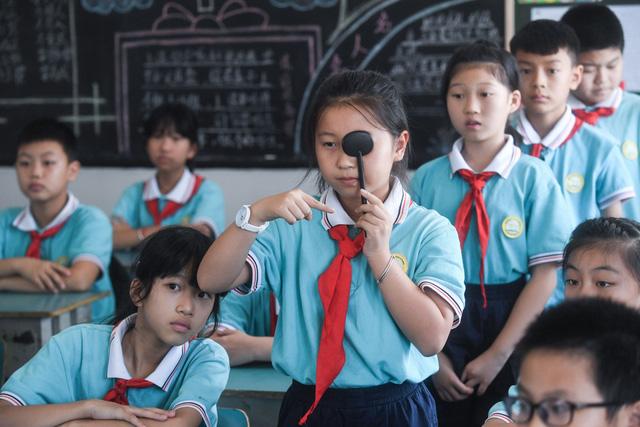 Thành phố ở Trung Quốc qui định thị lực, cân nặng là tiêu chuẩn để vào trung học - Ảnh 1.