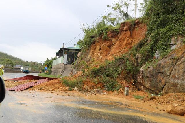 TRỰC TIẾP: Bão số 9 trên đất liền Quảng Nam - Quảng Ngãi, hàng loạt nhà sập, tốc mái - Ảnh 3.