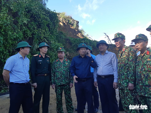 Sạt lở ở Quảng Nam: Đưa ra hơn 10 thi thể, còn 30 người mất tích - Ảnh 1.