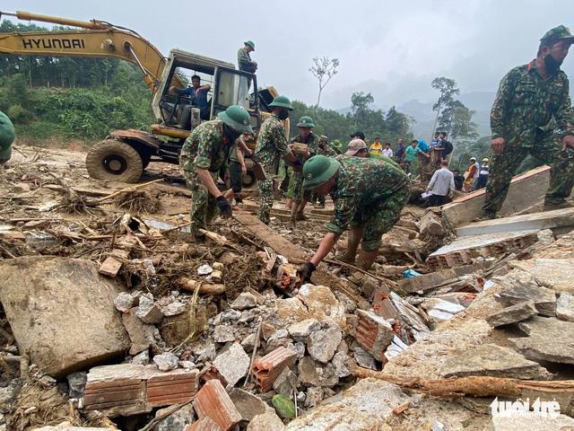 Sạt lở ở Trà Leng: Đưa những người bị thương cùng phụ nữ, trẻ em đến nơi ở tạm - Ảnh 6.