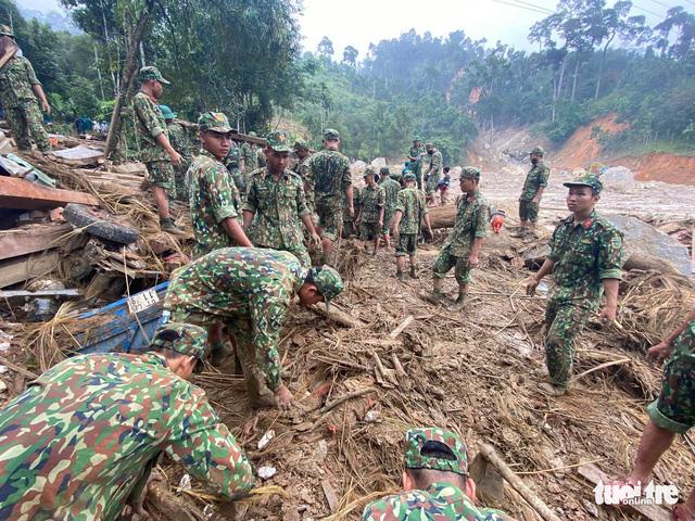 Sạt lở ở Trà Leng: Đưa những người bị thương cùng phụ nữ, trẻ em đến nơi ở tạm - Ảnh 5.