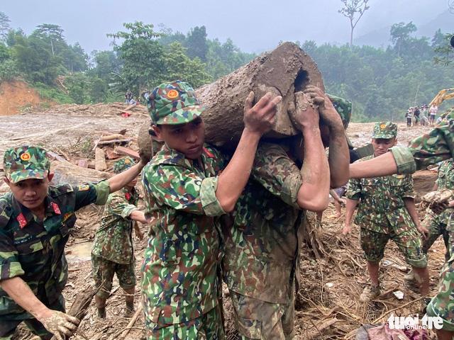 Sạt lở ở Trà Leng: Đưa những người bị thương cùng phụ nữ, trẻ em đến nơi ở tạm - Ảnh 1.