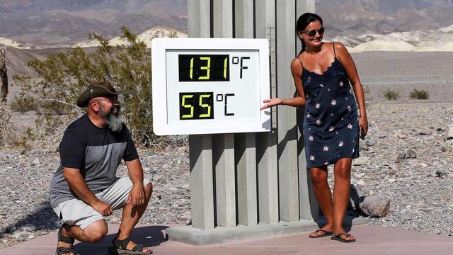 Du khách đổ xô đến Thung lũng Chết để trải nghiệm du lịch nóng - Ảnh 1.