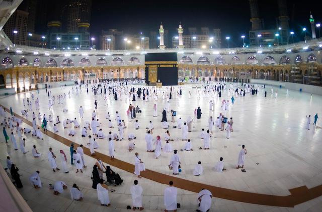 Saudi Arabia nối lại lễ hành hương Umrah tại Mecca sau 6 tháng - Ảnh 1.