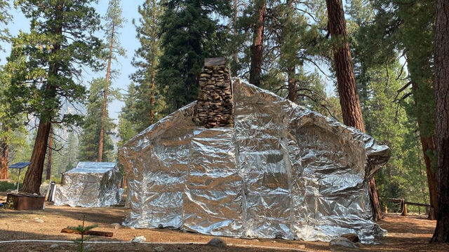Bọc giấy bạc giúp các căn nhà an toàn trước rừng lửa - Ảnh 1.