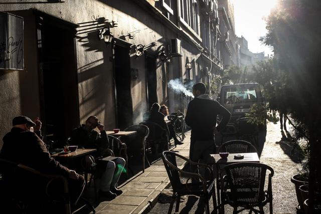 Thổ Nhĩ Kỳ cấm hút thuốc lá tại nơi công cộng do số bệnh nhân COVID-19 gia tăng - Ảnh 1.