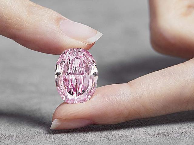 Viên kim cương hồng quý hiếm được bán với giá 26,6 triệu USD - Ảnh 1.