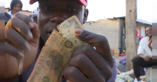 Thợ sửa tiền - cứu tinh cho những đồng USD rách tại Zimbabwe - Ảnh 1.
