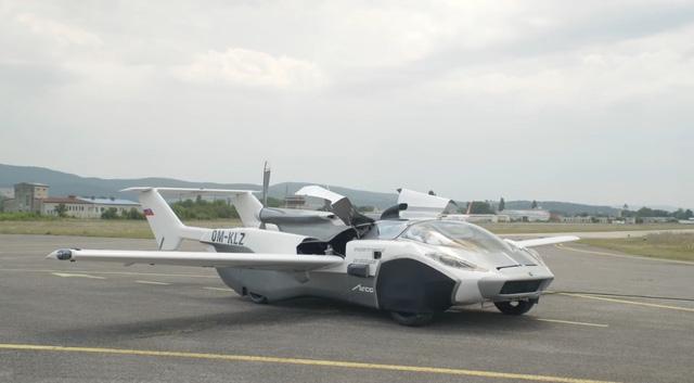 Siêu xe bung cánh thành máy bay cất cánh trên bầu trời - Ảnh 1.