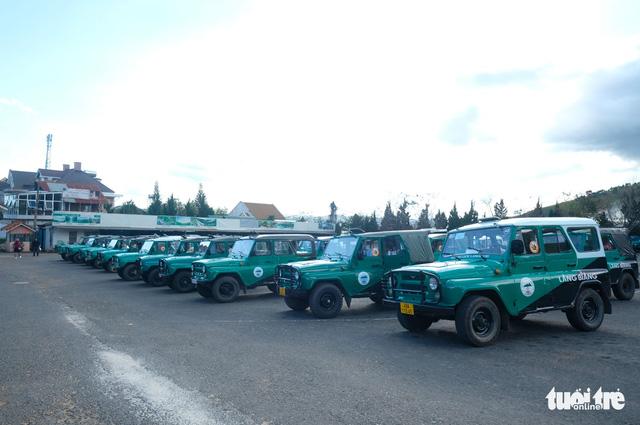 Bất chấp đình chỉ, đoàn xe Uoát đời cổ vẫn chở khách lên đỉnh Lang Biang - Ảnh 3.