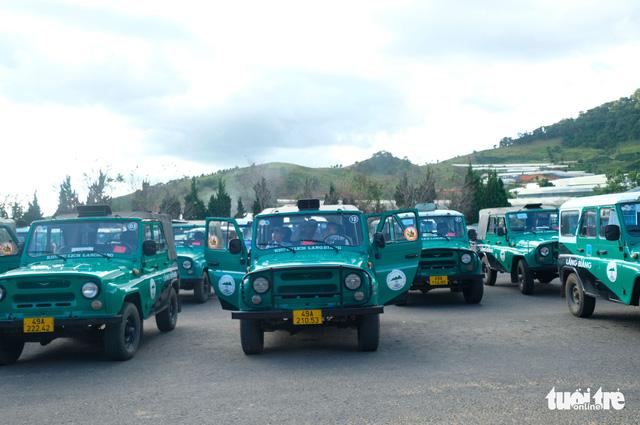 Bất chấp đình chỉ, đoàn xe Uoát đời cổ vẫn chở khách lên đỉnh Lang Biang - Ảnh 1.