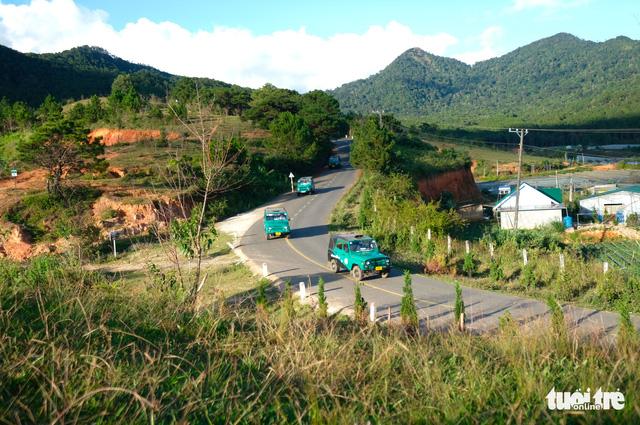 Bất chấp đình chỉ, đoàn xe Uoát đời cổ vẫn chở khách lên đỉnh Lang Biang - Ảnh 2.